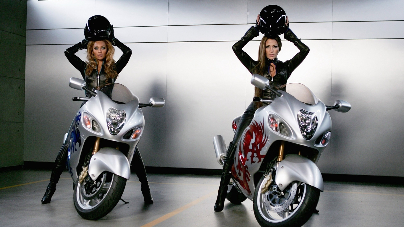 Famosas en motos - 1366x768