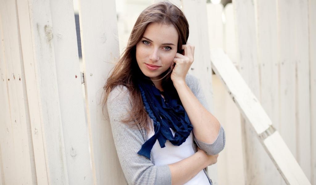Linda chica de ojos azules - 1024x600