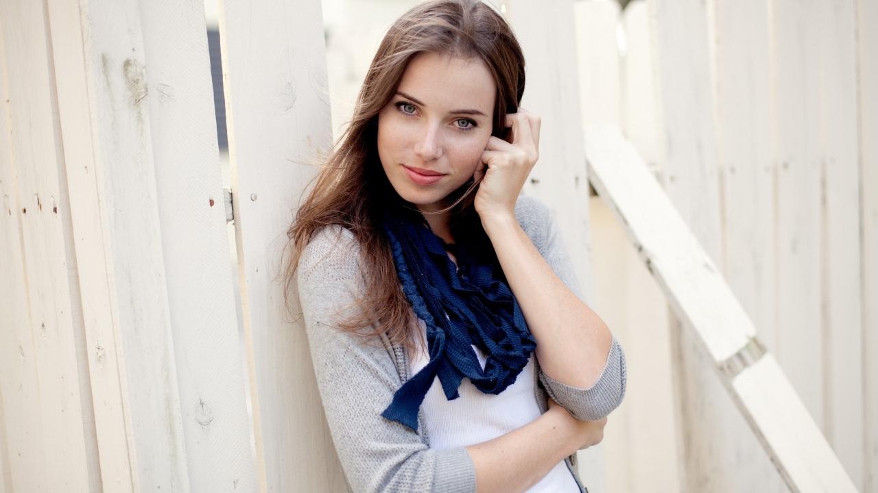 Linda chica de ojos azules - 1280x720