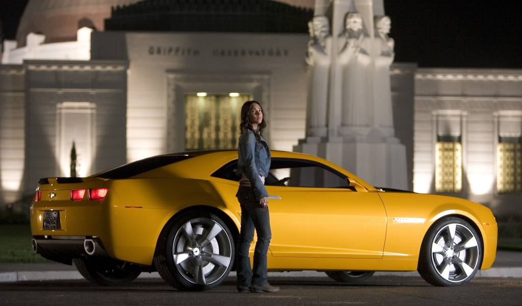 Megan Fox y un Camaro - 1024x600