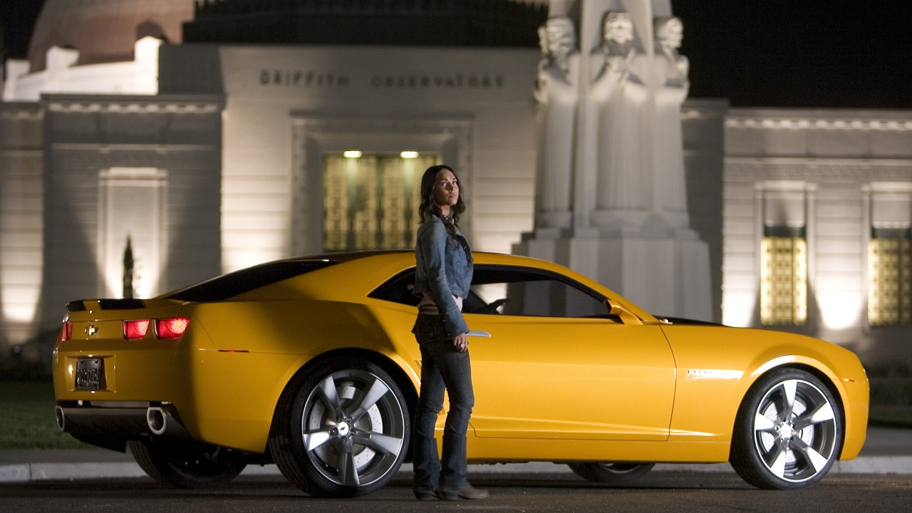 Megan Fox y un Camaro - 1280x720