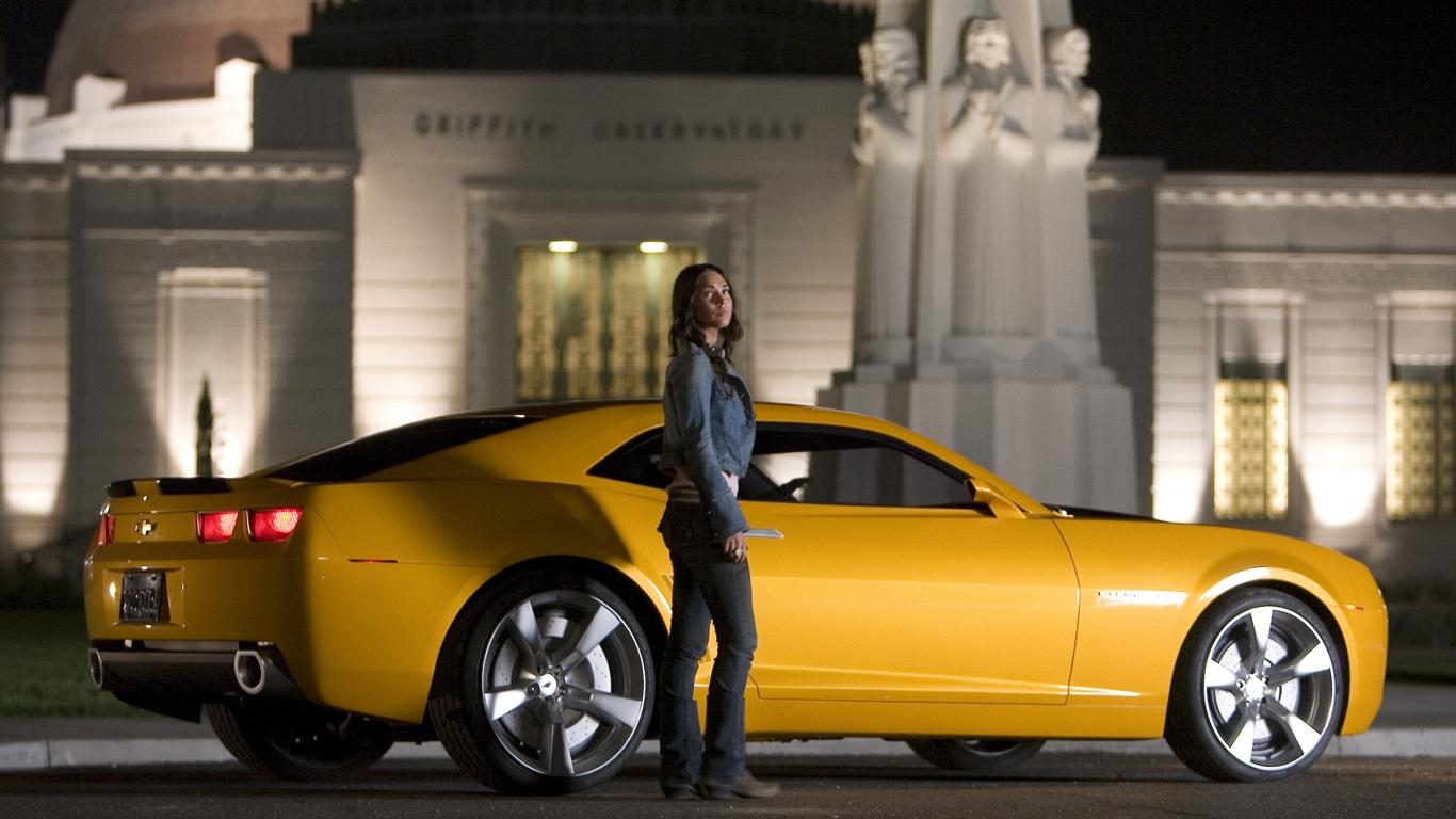 Megan Fox y un Camaro - 1366x768