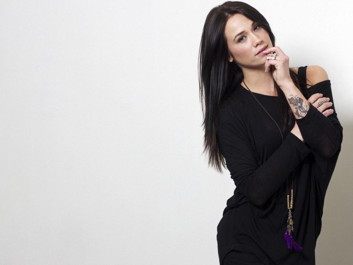 Megan Lyn con vestido negro - 1152x864