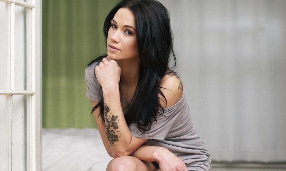 Megan Lyn y su tatuaje - 1000x600