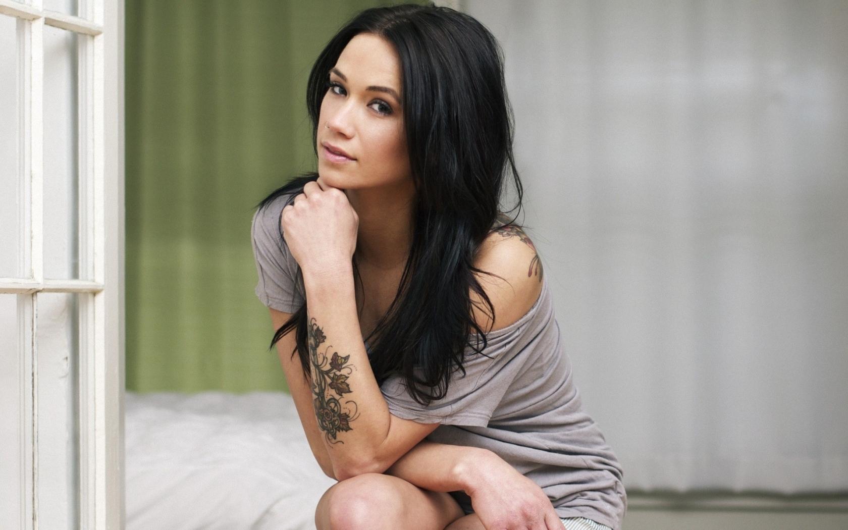 Megan Lyn y su tatuaje - 1680x1050