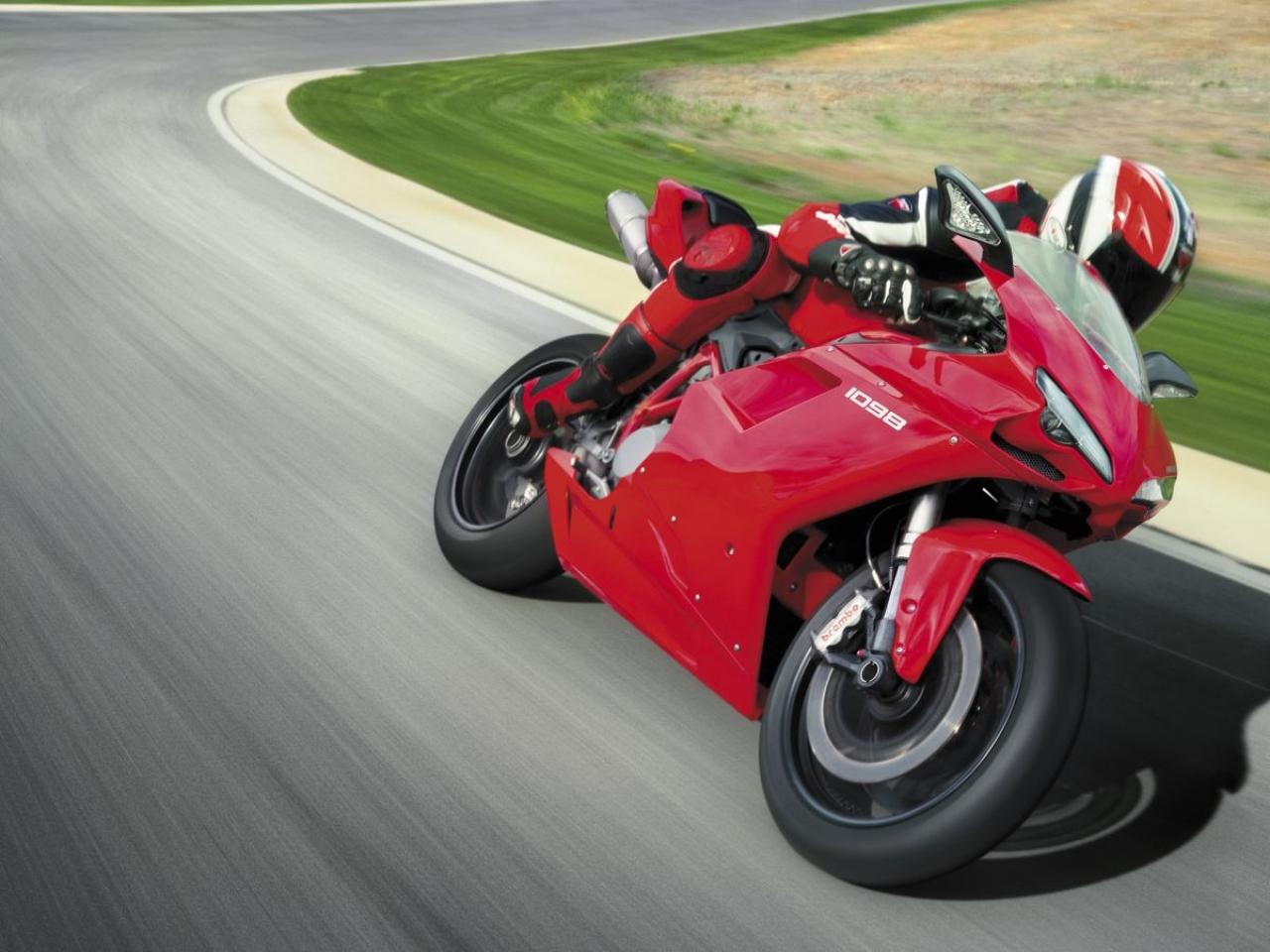 Moto Ducati color rojo - 1280x960