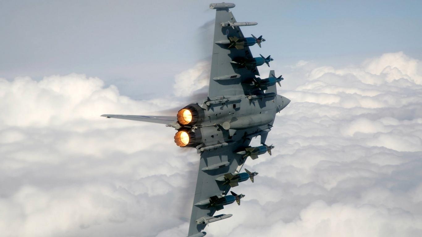 Parte inferior de un avión - 1366x768