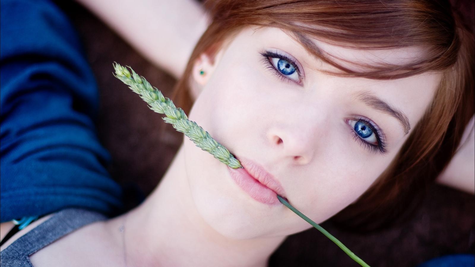 Pelirroja de ojos azules - 1600x900