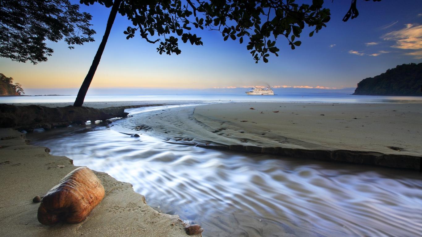Playa virgen y un crucero - 1366x768