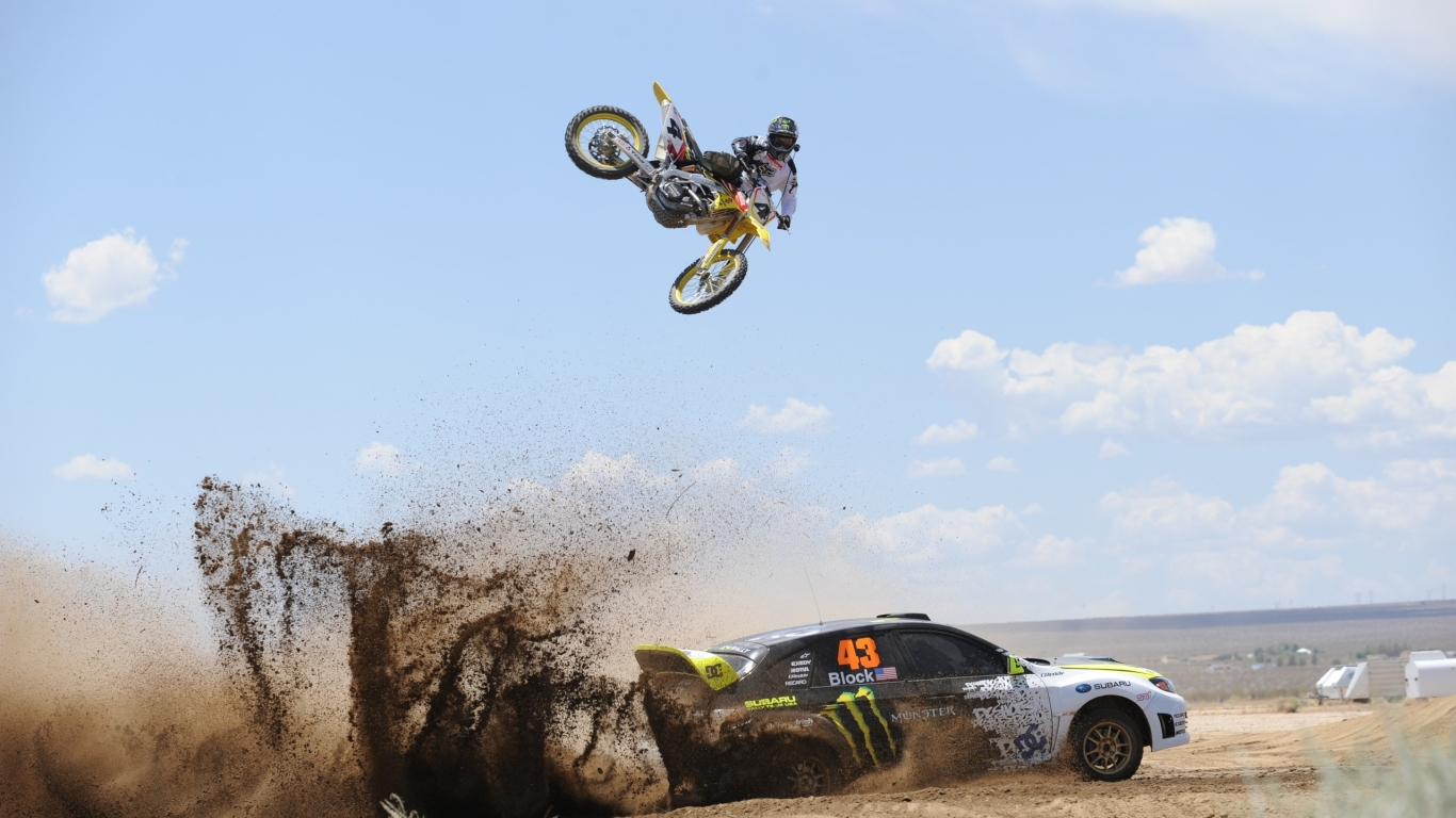 Salto de moto sobre auto - 1366x768