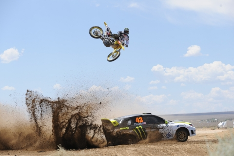 Salto de moto sobre auto - 480x320