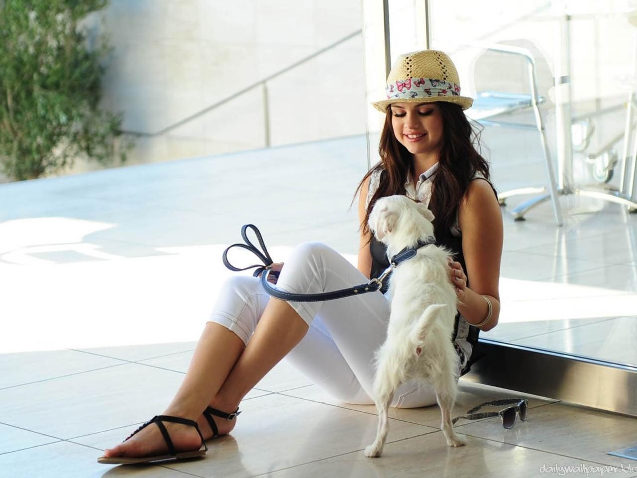 Selena Gomez y su perro - 1280x960