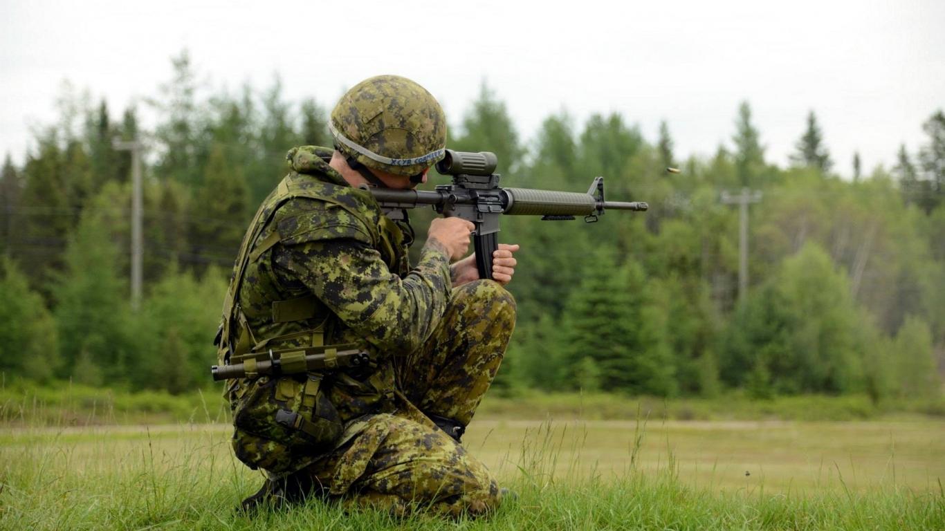 Soldado disparando - 1366x768