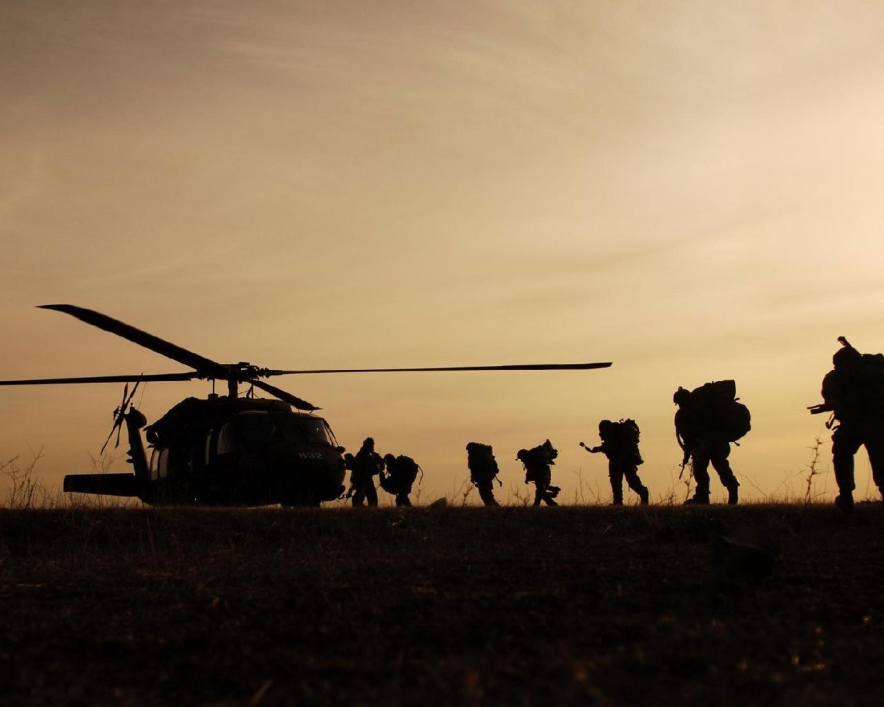 Soldados subiendo a Helicóptero - 1280x1024