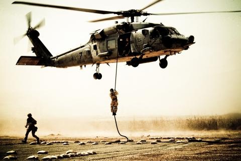 Soldados y helicóptero - 480x320