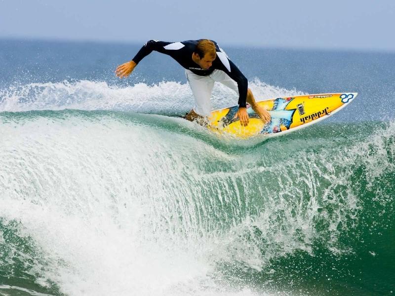 Surfeando olas - 800x600