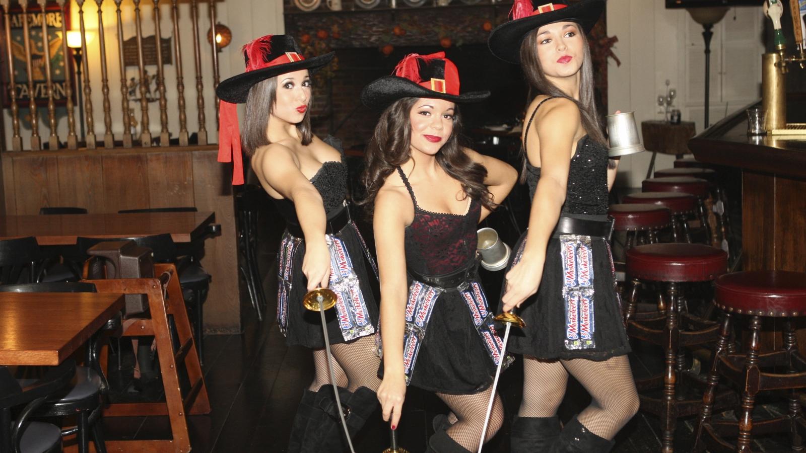 Tres Chicas mosqueteros - 1600x900