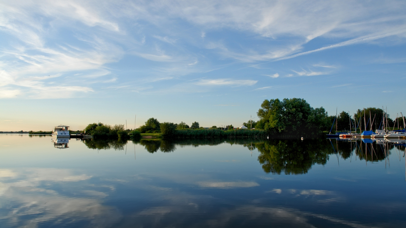 Lago y reflejos - 1366x768