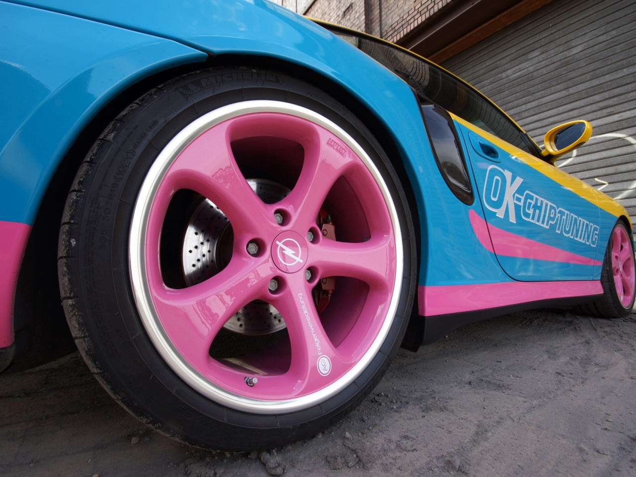 Un auto de colores - 1280x960