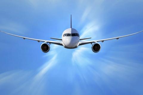 Un avión comercial volando - 480x320