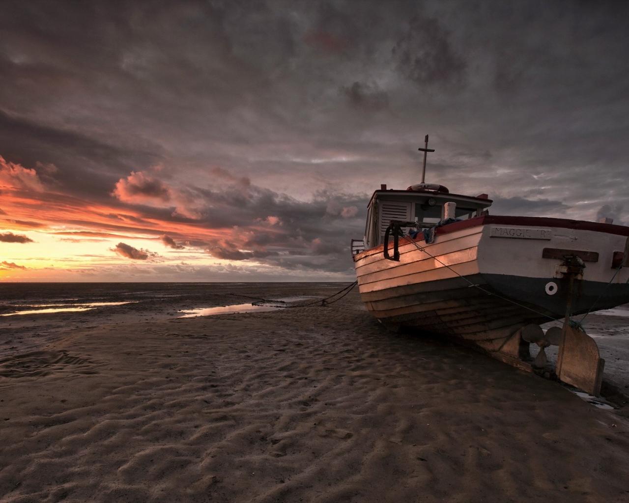 Un bote en la playa - 1280x1024