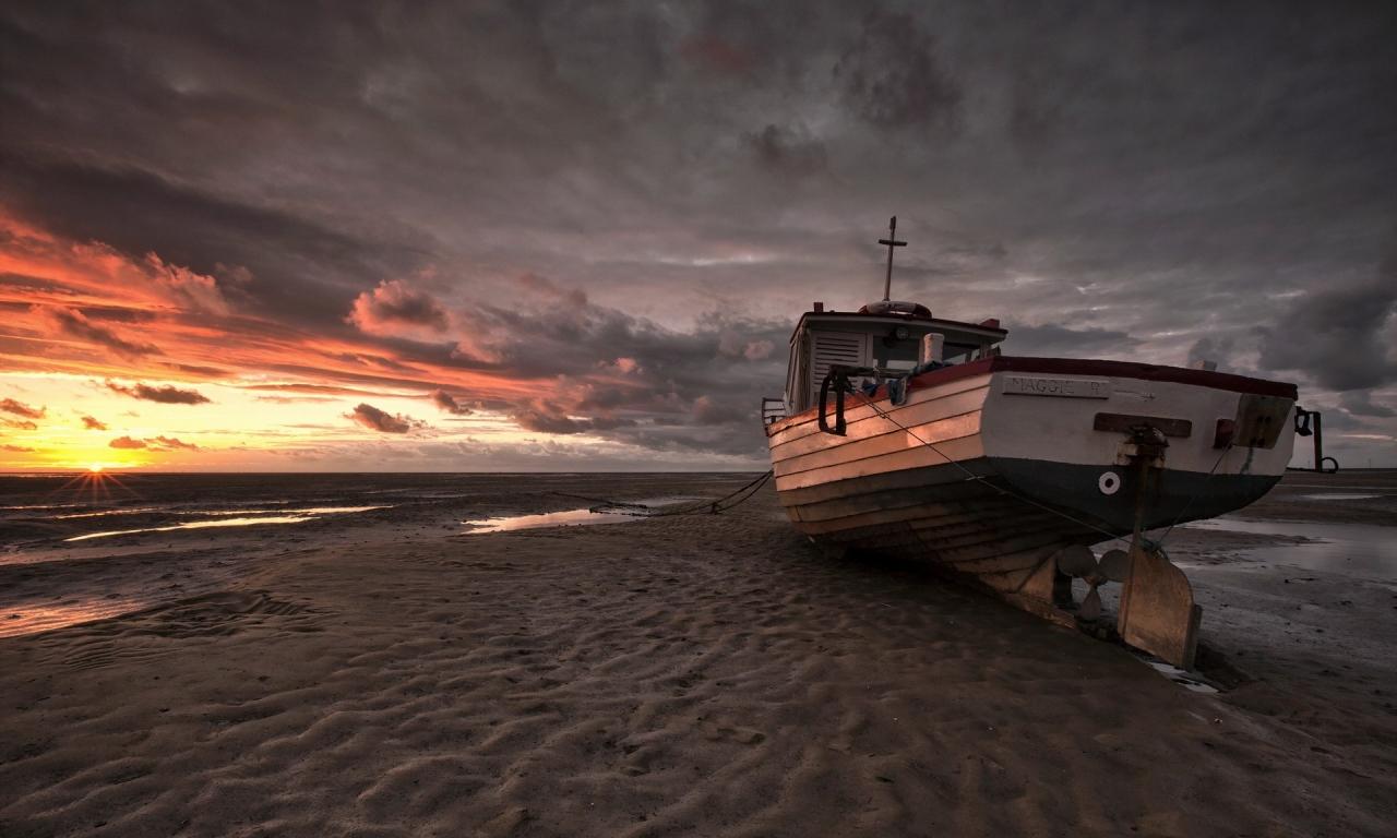 Un bote en la playa - 1280x768