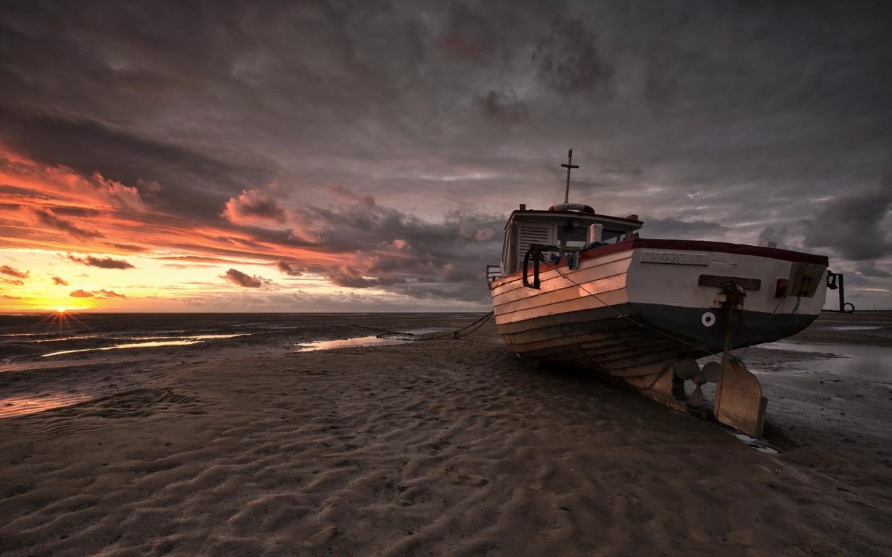 Un bote en la playa - 1280x800