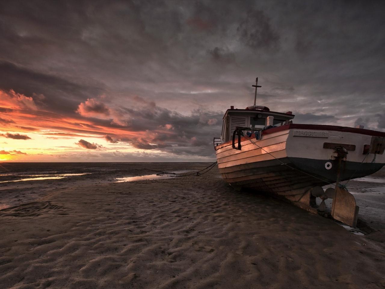 Un bote en la playa - 1280x960