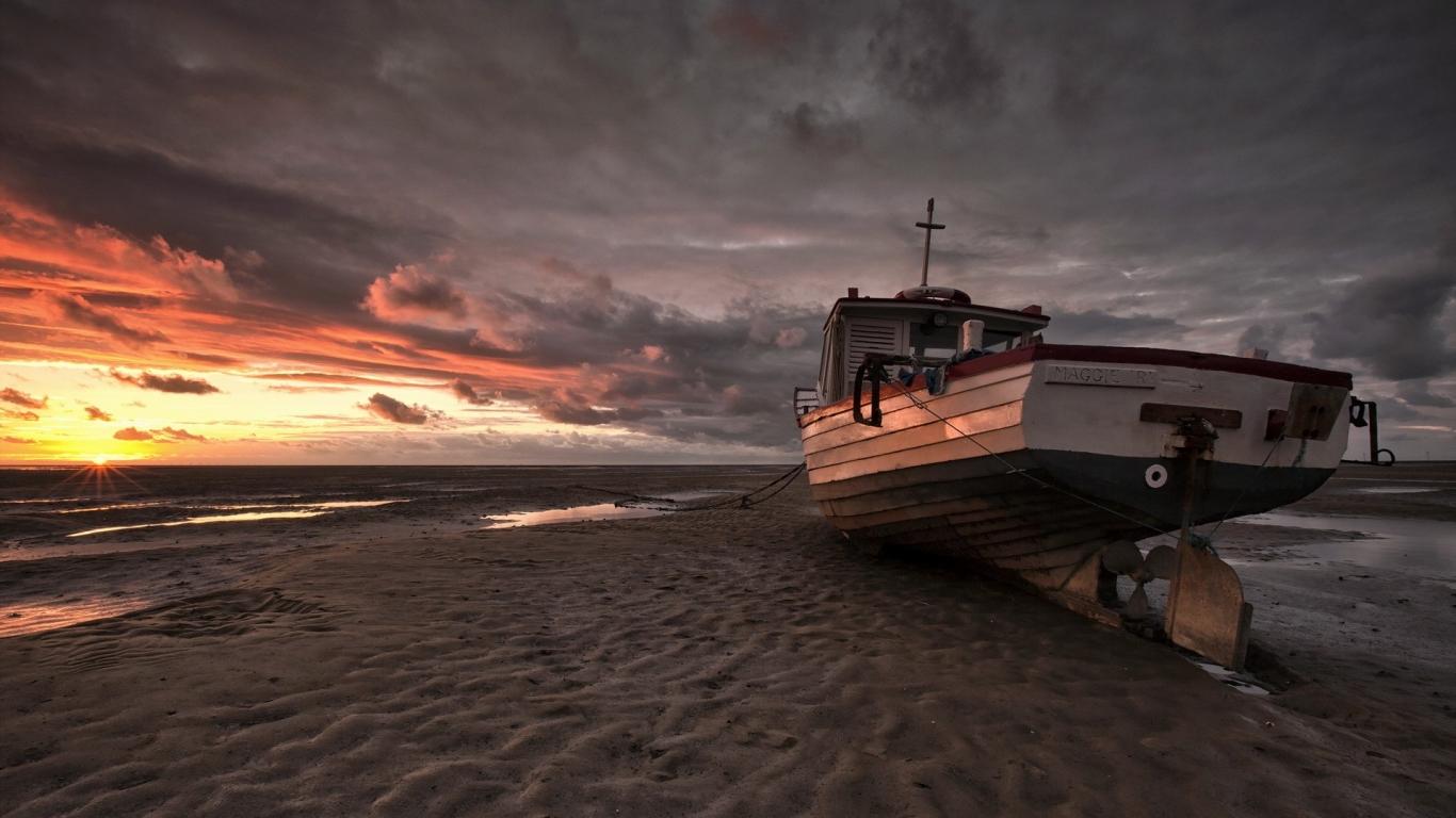 Un bote en la playa - 1366x768