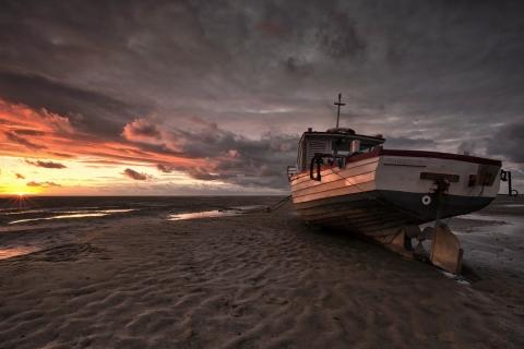 Un bote en la playa - 480x320