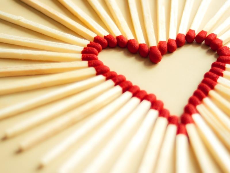 Un corazón con fósforos - 800x600