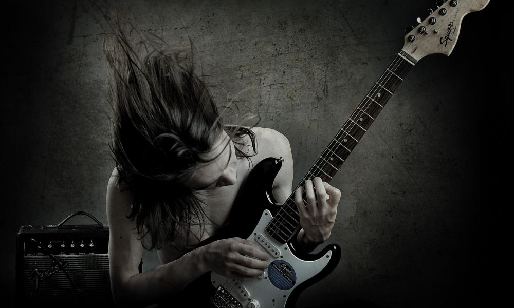 Un guitarrista con una Squier - 1000x600