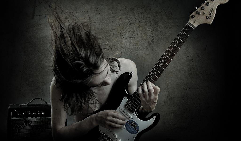 Un guitarrista con una Squier - 1024x600