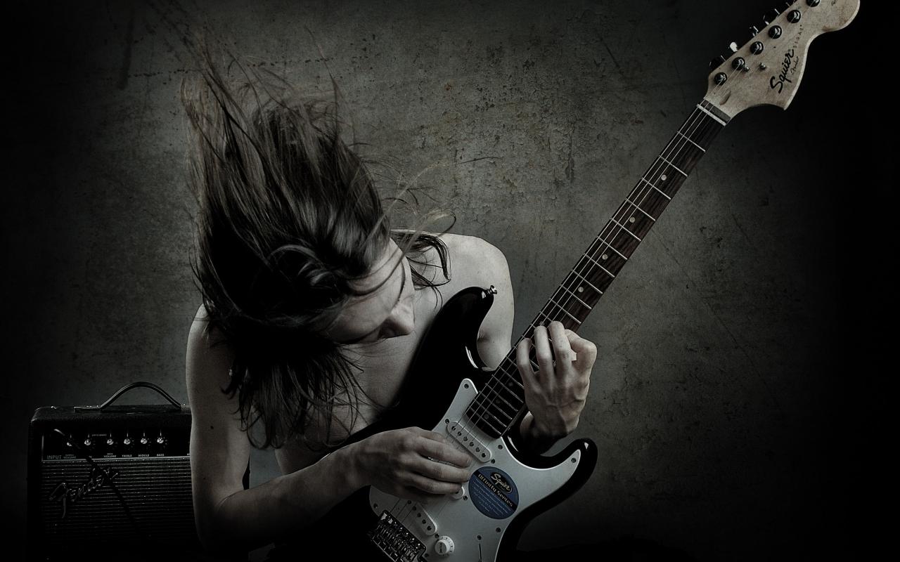 Un guitarrista con una Squier - 1280x800