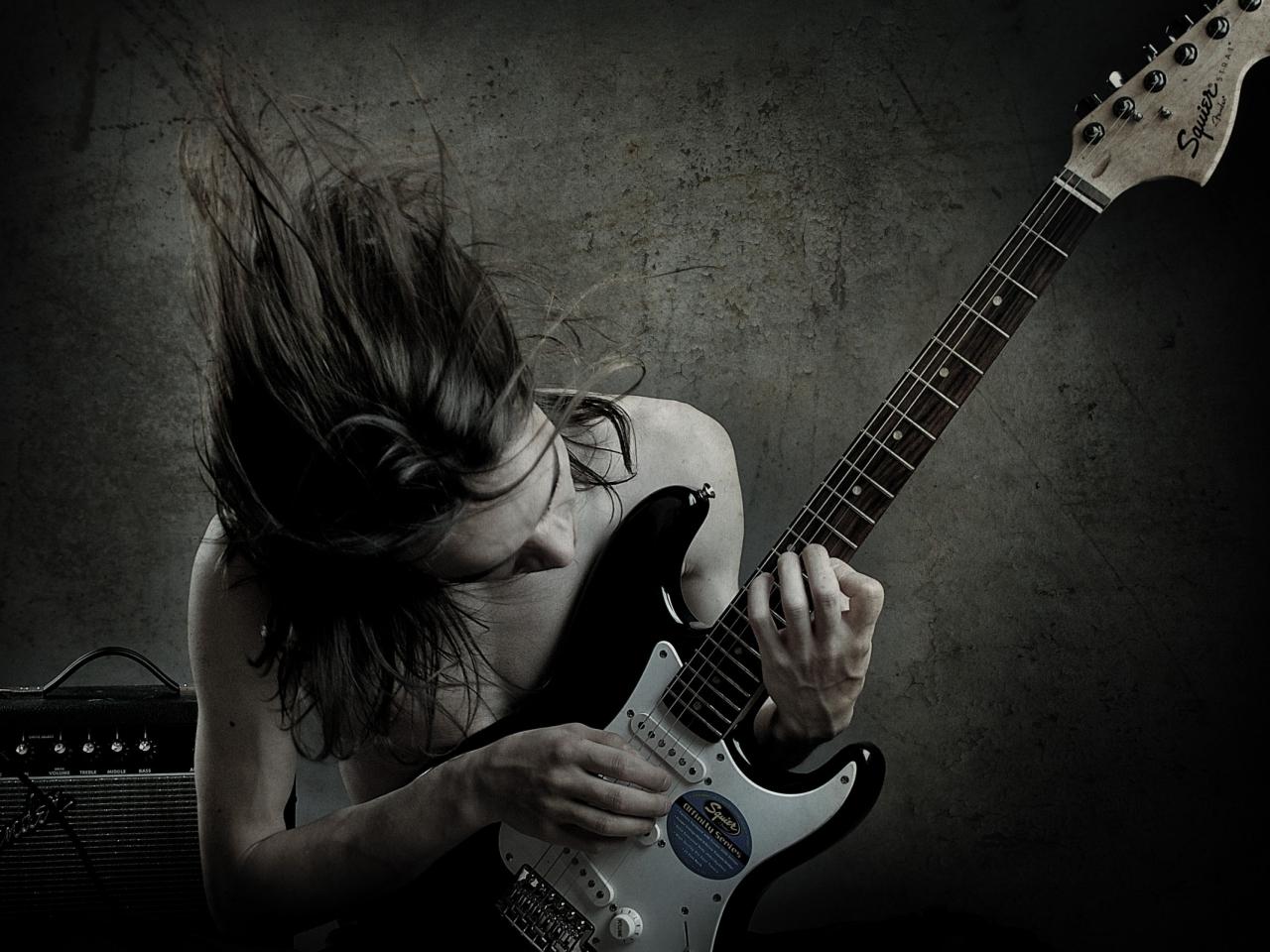 Un guitarrista con una Squier - 1280x960