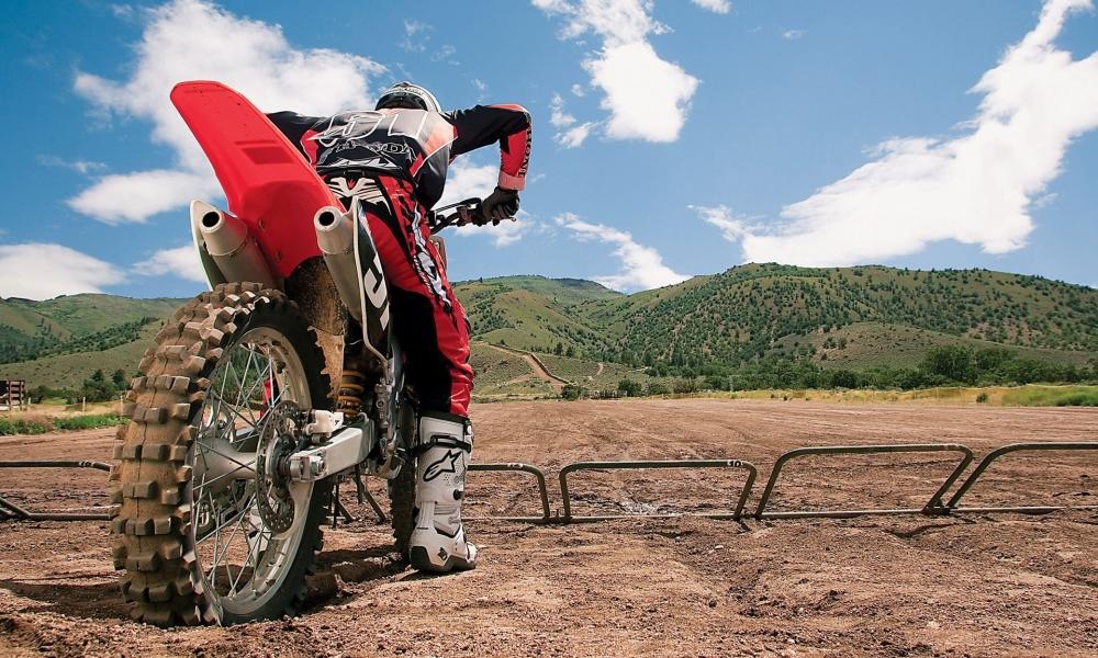 Un motociclista con una cross - 1000x600