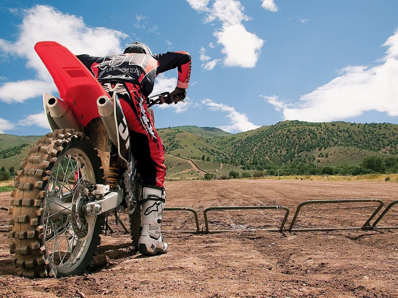 Un motociclista con una cross - 1280x960