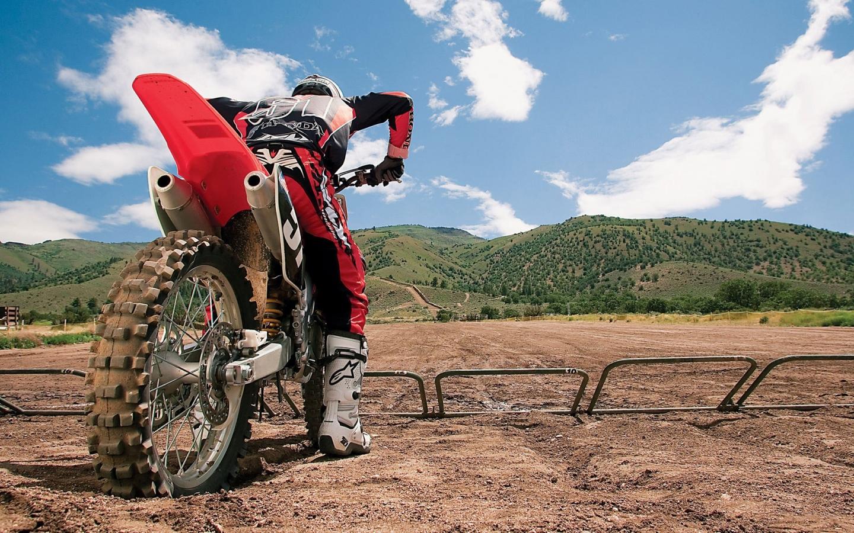 Un motociclista con una cross - 1440x900