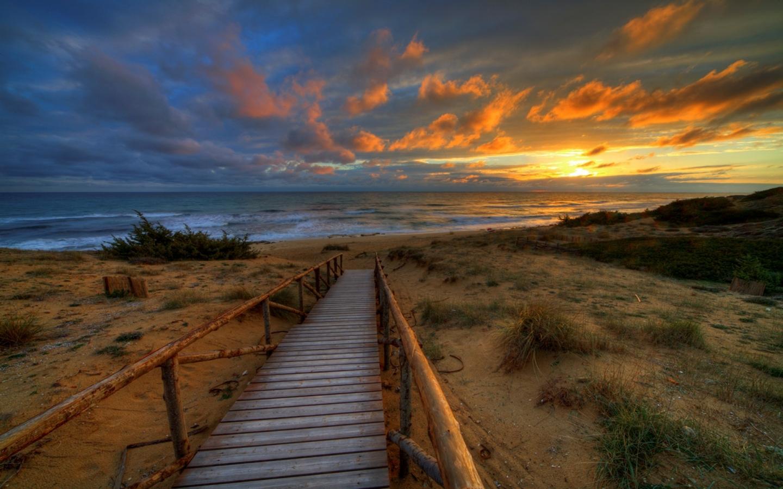 Un puente en la playa - 1440x900
