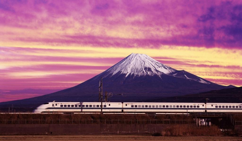 Un tren y una montaña - 1024x600