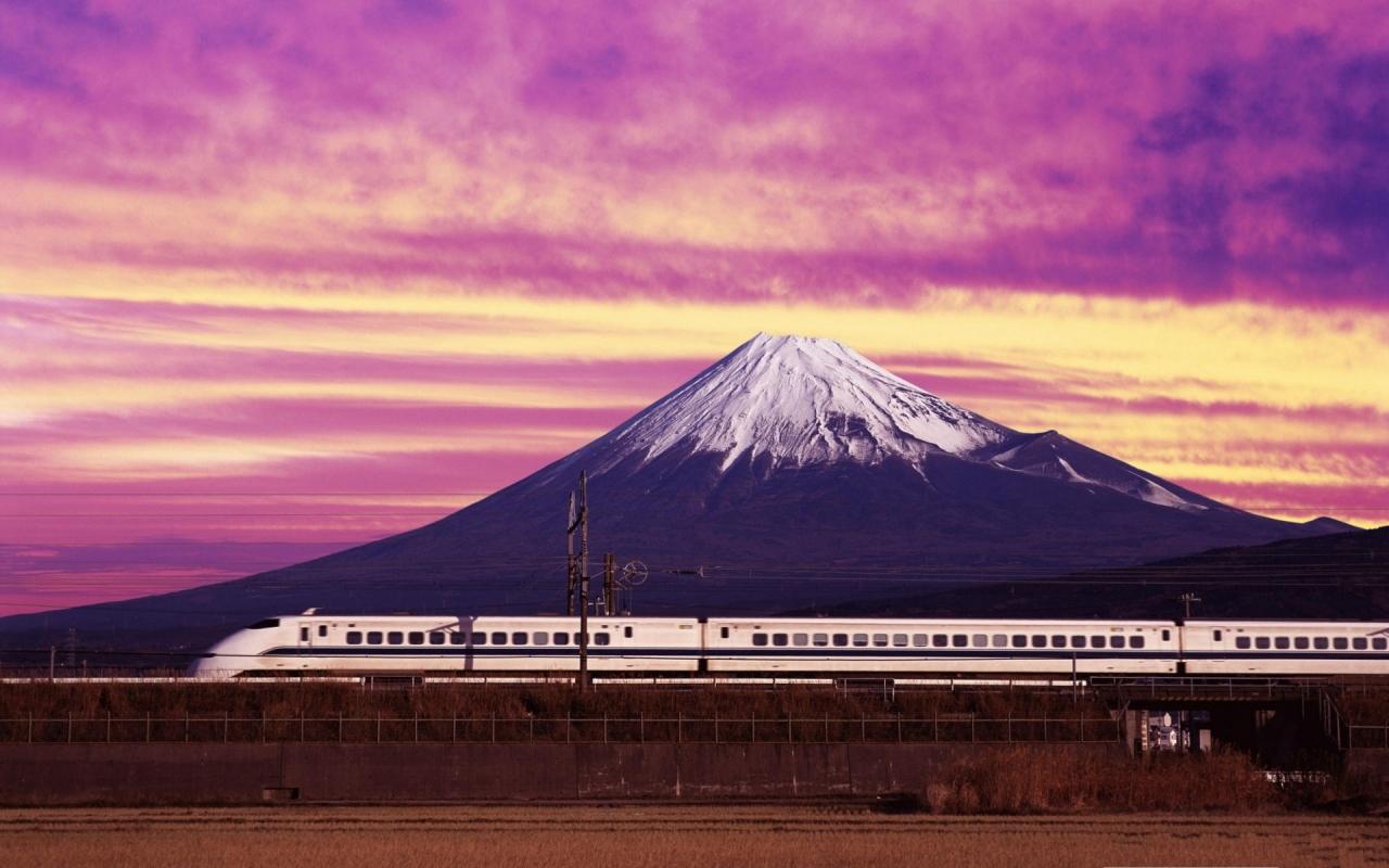 Un tren y una montaña - 1280x800