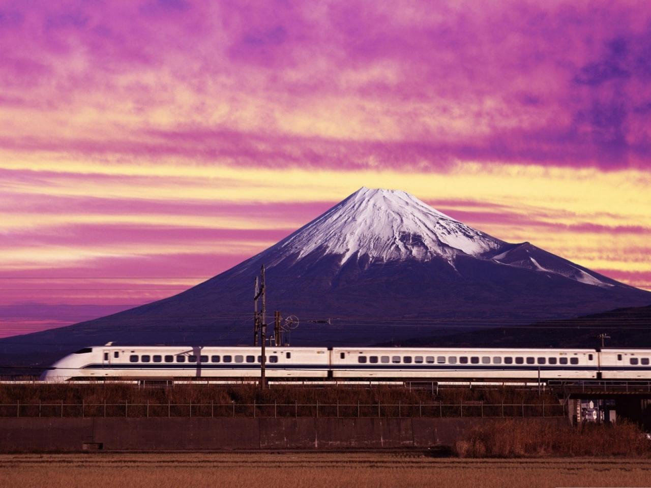 Un tren y una montaña - 1280x960