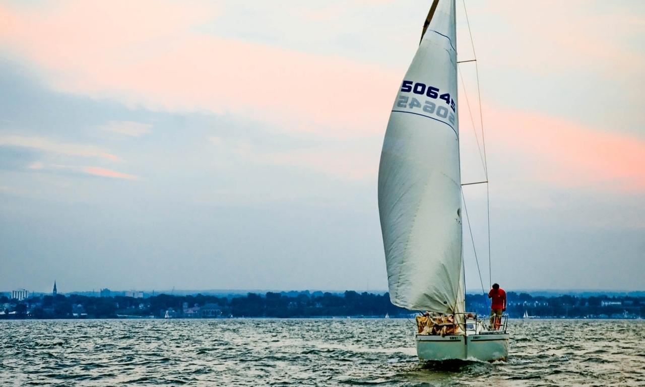 Un velero en altamar - 1280x768
