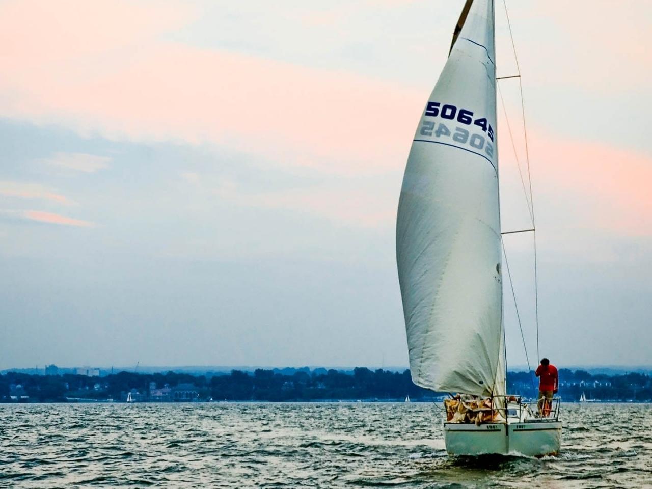 Un velero en altamar - 1280x960