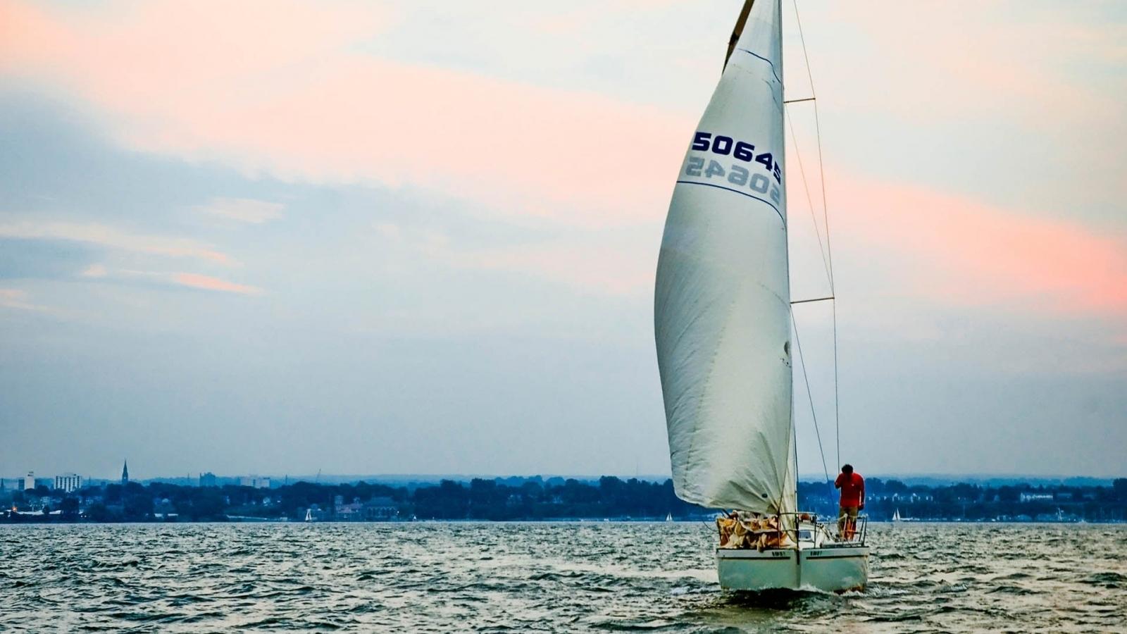 Un velero en altamar - 1600x900
