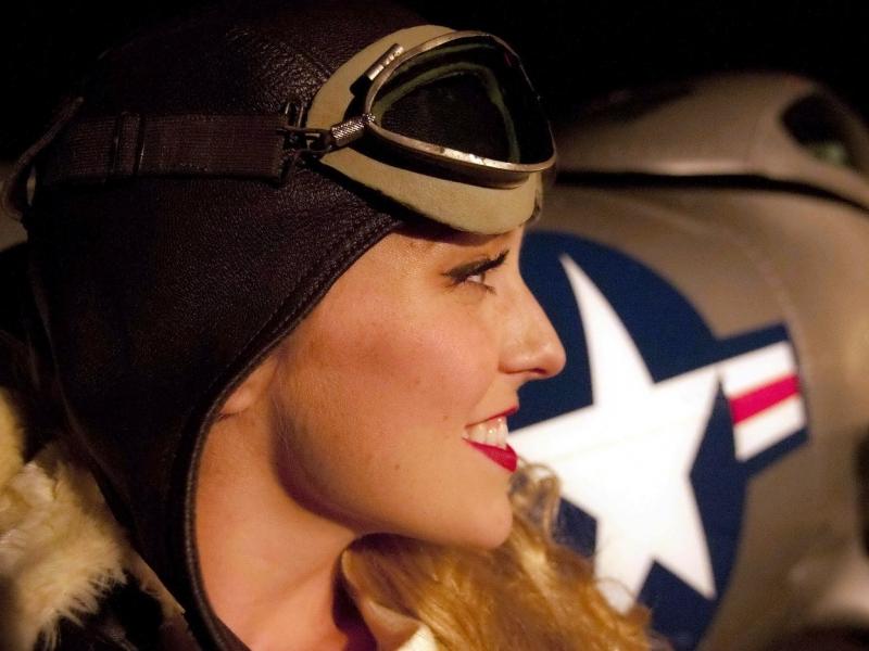 Una chica piloto de aviones - 800x600