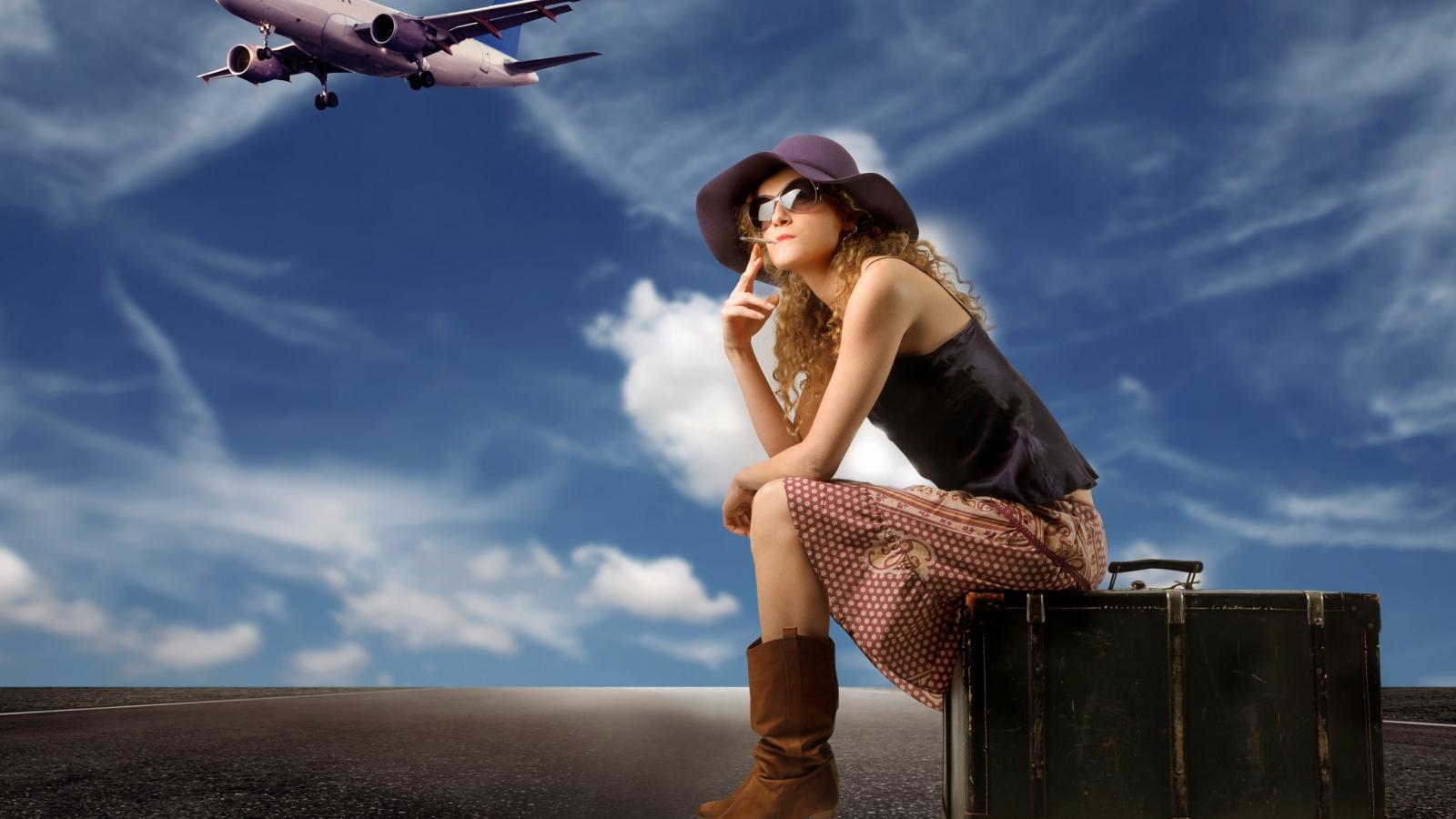 Una chica viajera y sus maletas - 1600x900