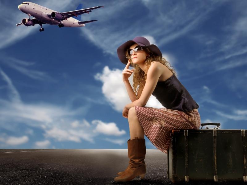 Una chica viajera y sus maletas - 800x600