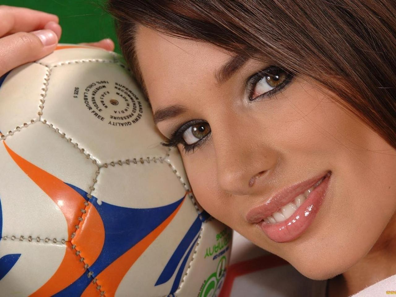 Una chica y balón de fútbol - 1280x960