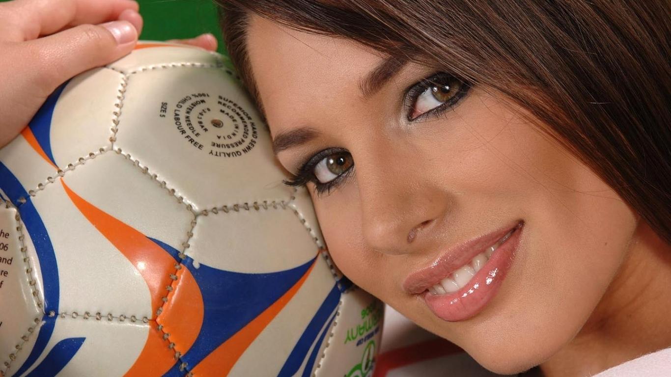 Una chica y balón de fútbol - 1366x768